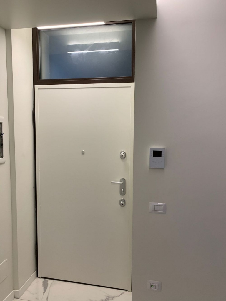 sopraluce porta